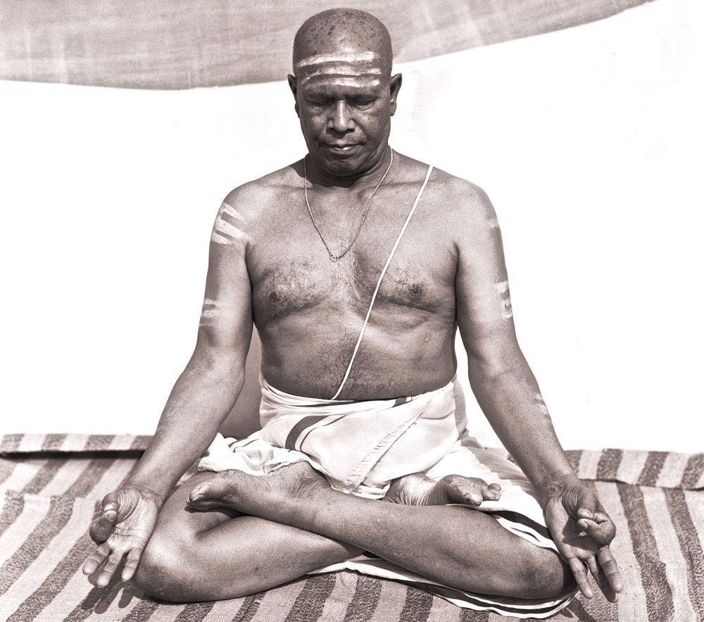 Sri K.Pattabhi Jois pratiquant pranayama assis dans la position du lotus