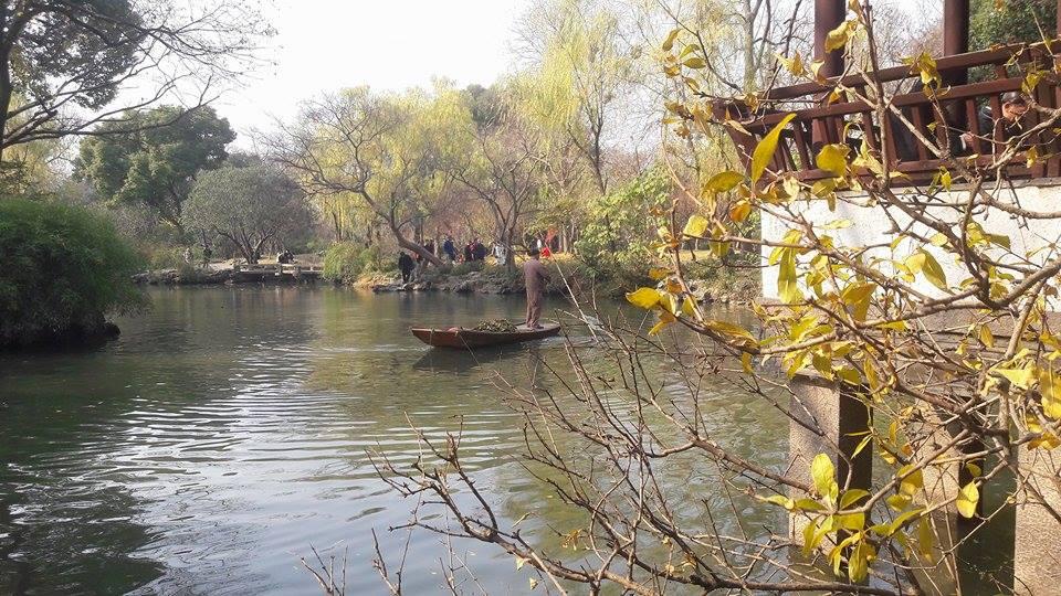 eau calme avec une barque hors du temps. C'est un Jardin de Suzhou en Chine ou l'atmosphère est détendu. Il est facile de s'y endormir