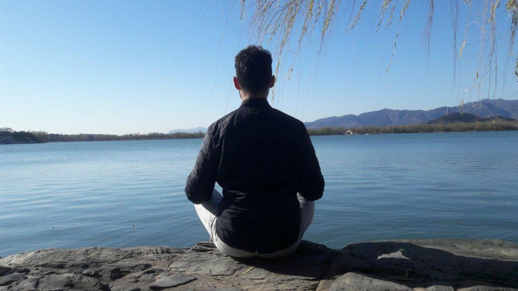 méditation de 10 minutes au palais d'été de Pékin en Chine. Lac très calme, ciel bleu et montagne en fond. Aussi les feuille de l'arbre sont marrons à mesure que s'approche l'automne