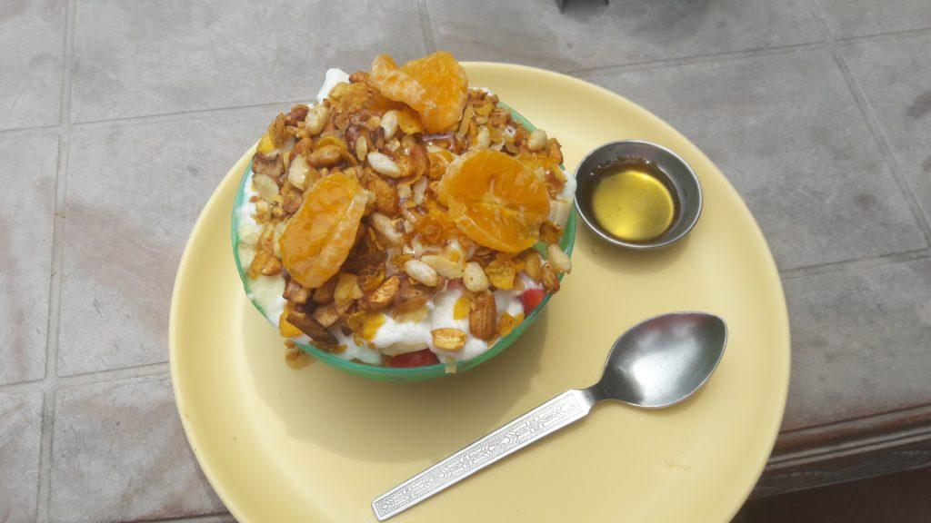flocon d'avoine avec du muesli. Mangue et papaye sous le yaourt. La touche de miel ravive les papille dès le matin! Vive la forme