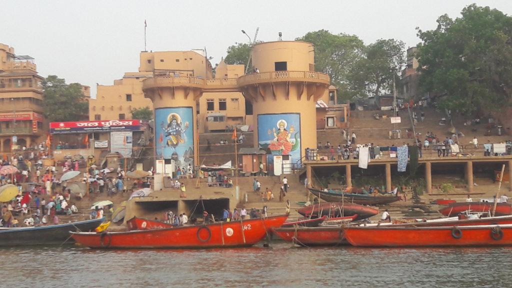 shiva ghat de varanasi. Il y a deux grandes peintures de Shiva, de l'eau et quelques barques rouges