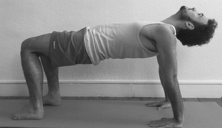 confiance en soi Purvottanasana variation débutant. Posture réalisée par Dorian de Yoga efficace