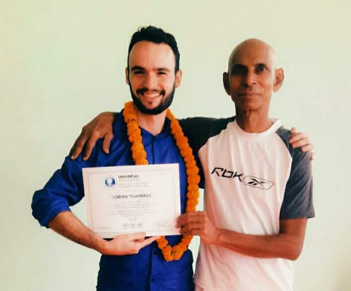 Dorian de yoga efficace et Vijay l'enseignant de Dorian en Yoga Ashtanga